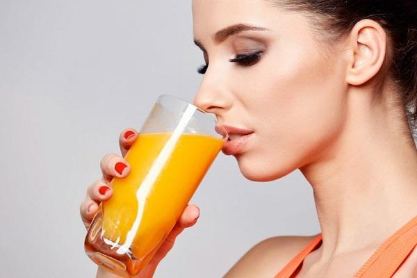 Девушка, пьющая сок