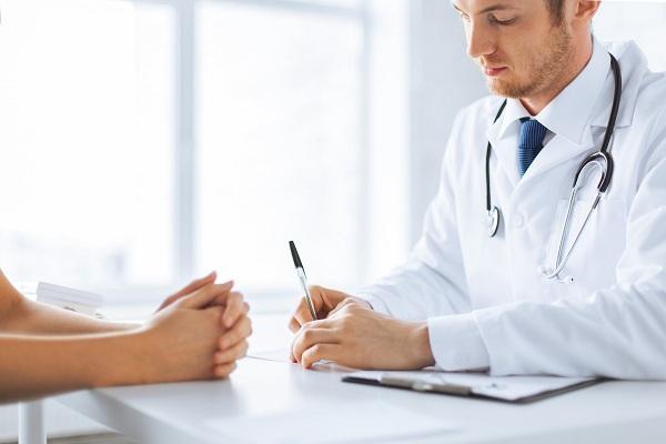 Пациент на приеме у дерматолога