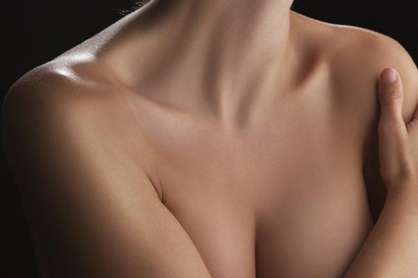 Девушка с чистыми плечами