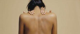 Девушка с чистой спиной без акне