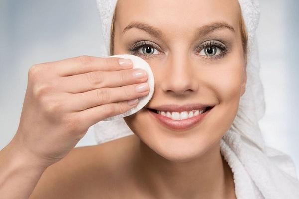 Протирание кожи лица